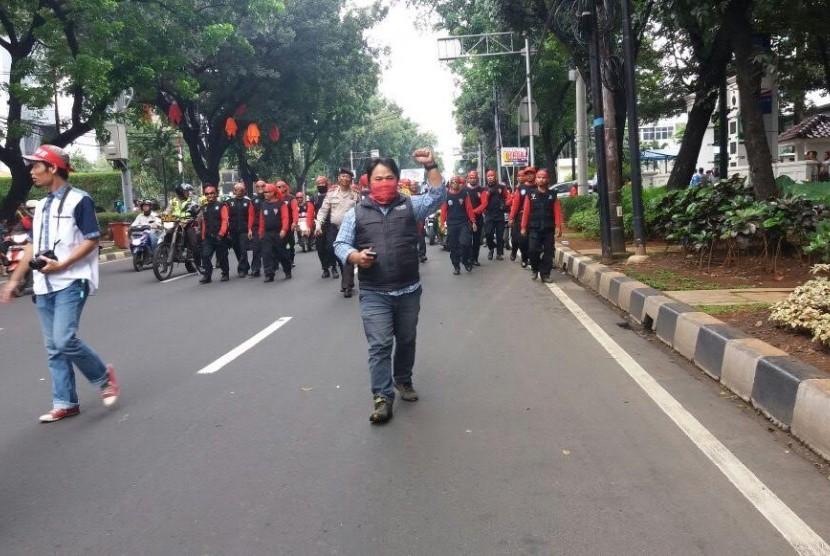 Aksi buruh menuntut kenaikan upah, Senin (24/10).