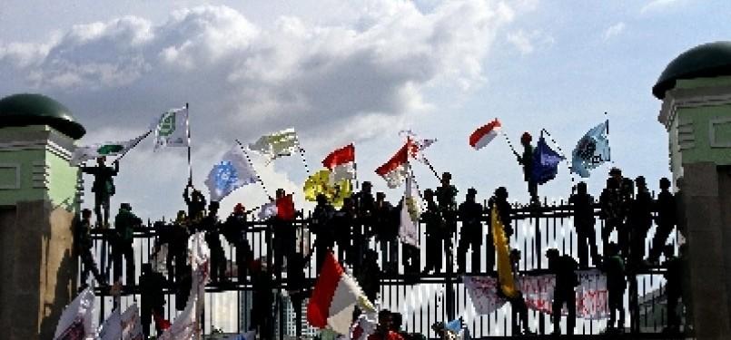 Aksi demonstrasi menolak kenaikan harga bahan bakar minyak (BBM) yang digelar di depan Gedung DPR, Senayan, Jakarta. (ilustrasi)