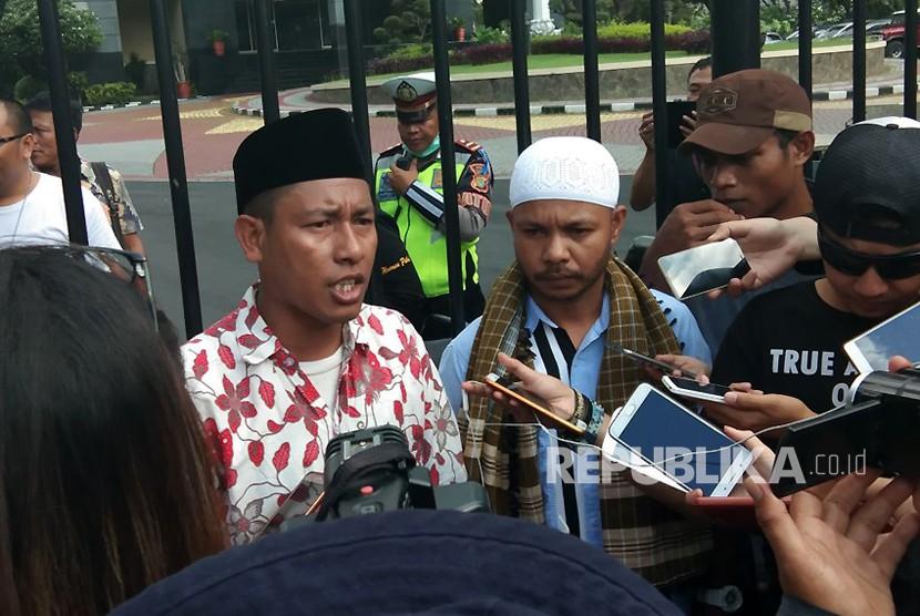 Aksi Jumat Keramat yang diadakan oleh peserta F-PKS di depan Mapolda Metro Jaya, Jumat (27/4) sore.