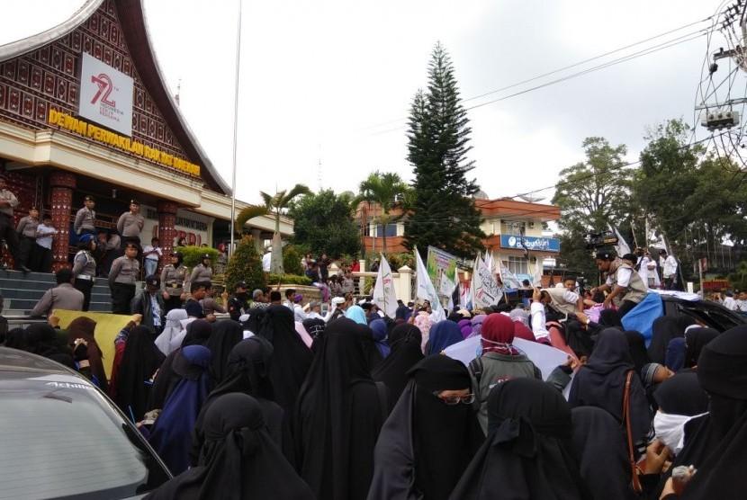 Aksi massa sejumlah ormas Islam di Bukittinggi soal pelarangan cadar oleh IAIN Bukittinggi, Jumat (11/5).