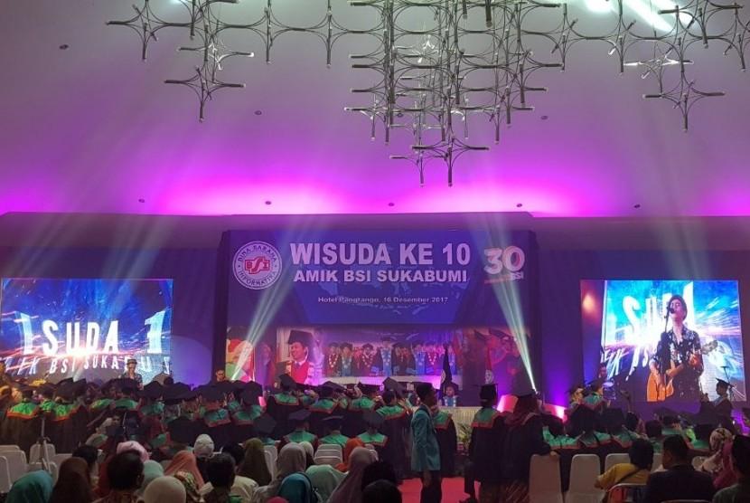 Aksi panggung Budi Doremi menghibur wisudawan dan orang tua wisudawandi acawa wisuda AMIK BSI Sukabumi, Sabtu (16/12).