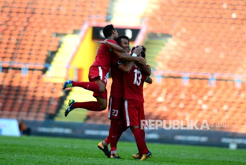 Aksi selebrasi Febri Hariyadi, Hansamu Yama dan Putu Gede setelah Febri mencetak gol indah dalam pertandingan Grup B melawan Kamboja di Selangor, Malaysia, Kamis (24/8)