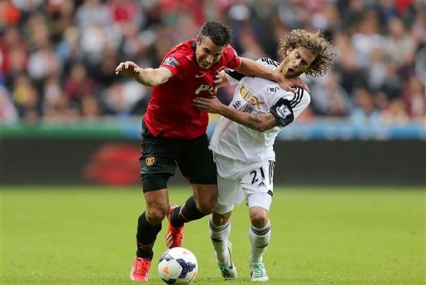 Aksi striker Manchester United Robin Van Persie pada laga melawan Swansea City pada pekan pertama Liga Primer Inggris 2013/2014.
