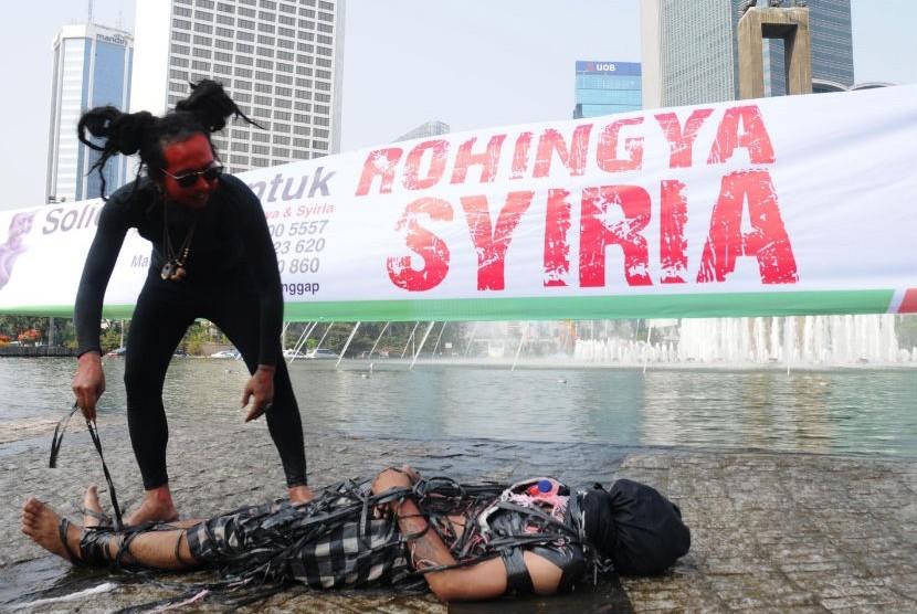 Aksi teatrikal dari aktivis lembaga sosial ACT (Aksi Cepat Tanggap) untuk mengutuk penindasan yang dialami oleh umat Islam di Suriah dan Myanmar. (Aditya Pradana Putra/Republika)