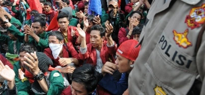 Aksi unjuk rasa mahasiswa menolak rencana pemerintah menaikkan harga bahan bakar minyak (BBM) pada 1 April mendatang. (ilustrasi)