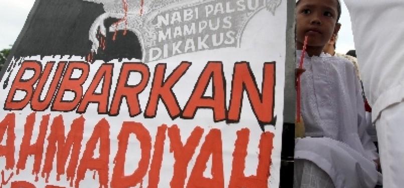 Aksi unjuk rasa menuntut pembubaran Ahmadiyah.