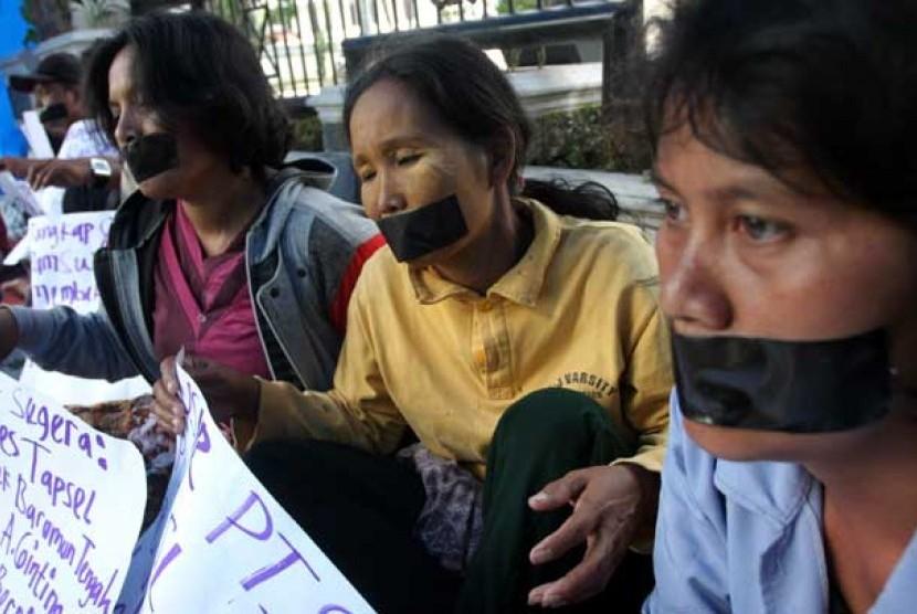Aksi warga mogok makan di depan gedung DPRD Sumatera Utara, Medan.