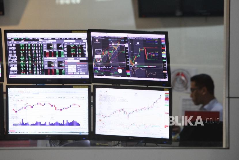 Aktifitas petugas memperhatikan pergerakan IHSG di gedung Bursa Efek Indonesia (BEI), Jakarta, Senin(10/7).