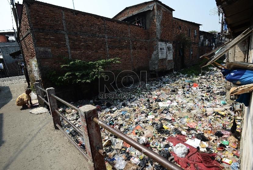 Aktifitas warga dipinggir sungai yang dipenuhi sampah di Muara Baru, Jakarta utara, Selasa (19/5).