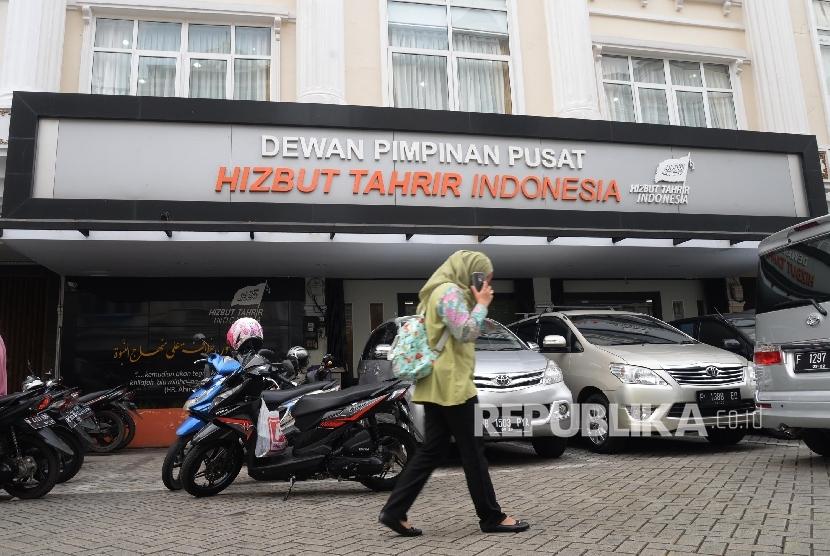 Aktivitas di kantor DPP Hizbut Tahrir Indonesia (HTI), Jakarta, Senin (8/5).