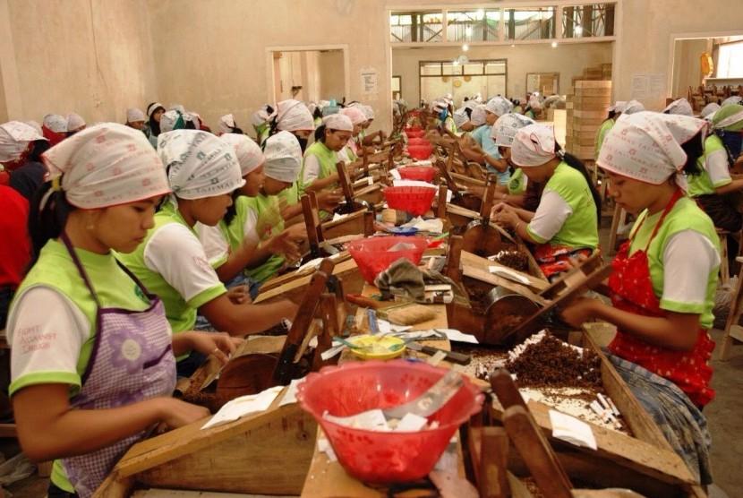 Aktivitas di pabrik rokok (ilustrasi).
