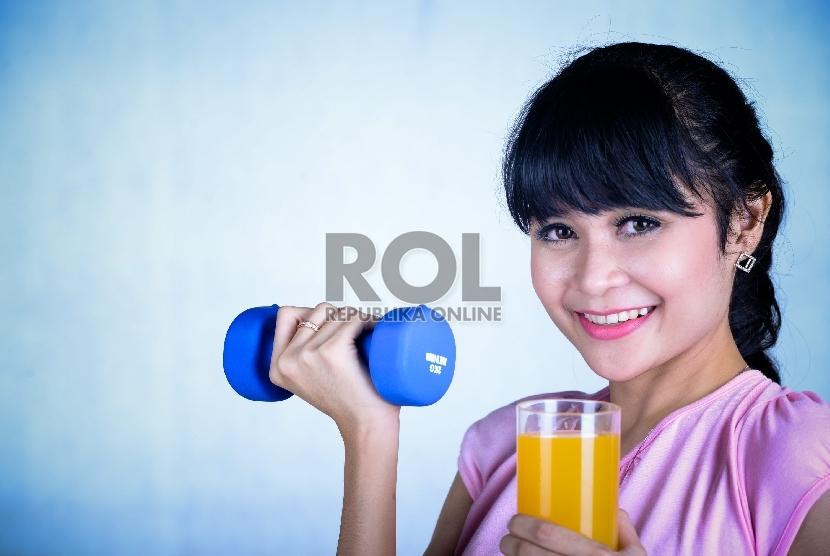 Aktivitas fisik atau berolahraga dapat membantu menurunkan kadar gula dalam darah. Serta membantu menyembuhkan penyakit yang terlanjur di deritanya.