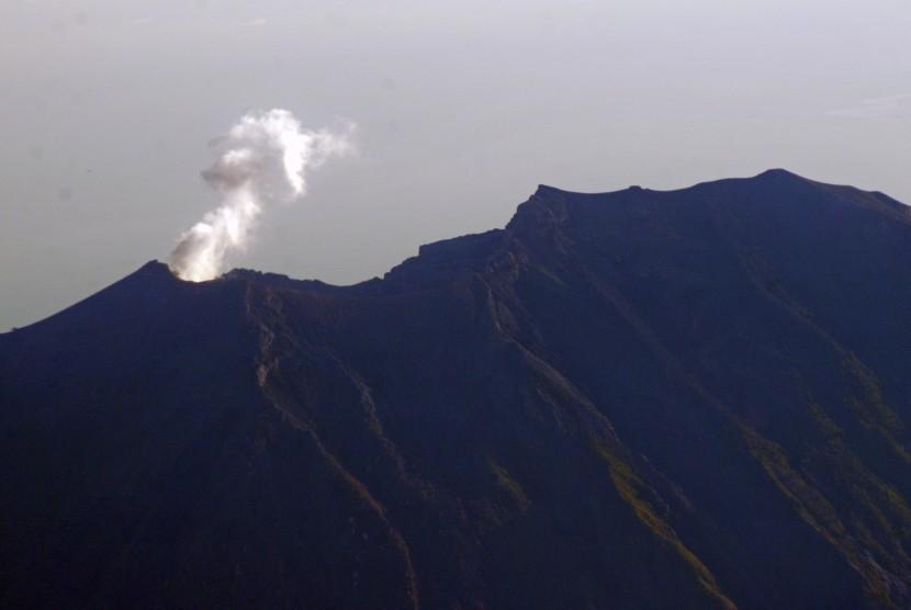 Aktivitas Gunung Agung terlihat dari pesawat komersil saat melintas di atas pulau Bali, Minggu (29/10).