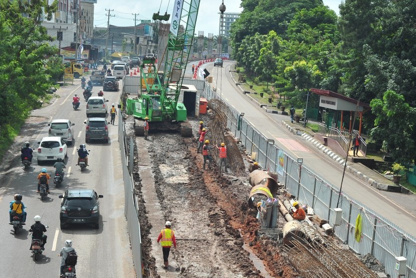 Aktivitas pembangunan Light Rail Transit (LRT) atau kereta api ringan di zona Jalan Kolonel Haji Burlian Palembang, Sumsel, Senin (29/2).