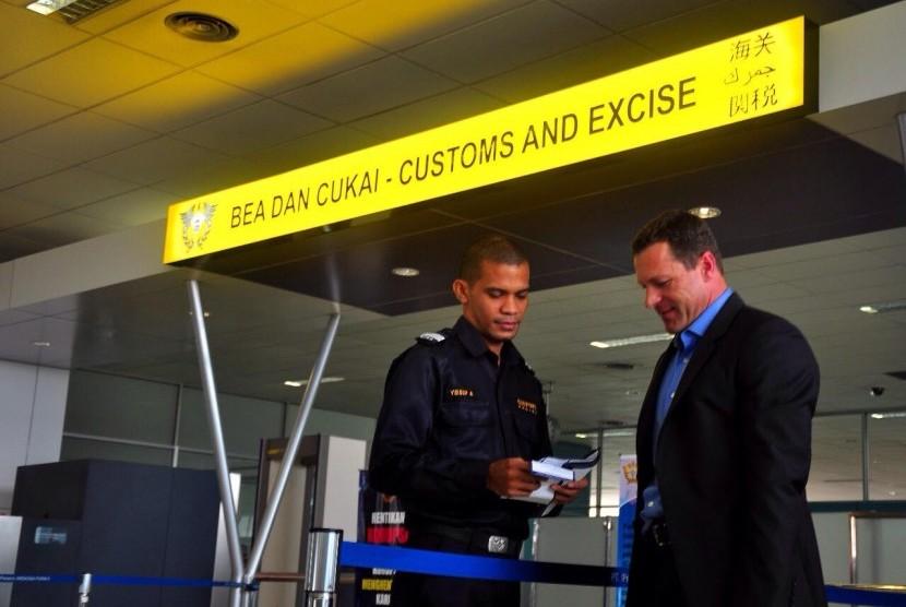 Aktivitas pemeriksaan di Bea Cukai.