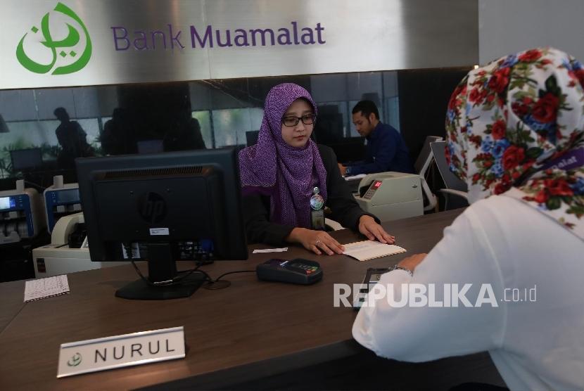 Aktivitas perbankan di Bank Muamalat, Jakarta, Kamis (28/9).