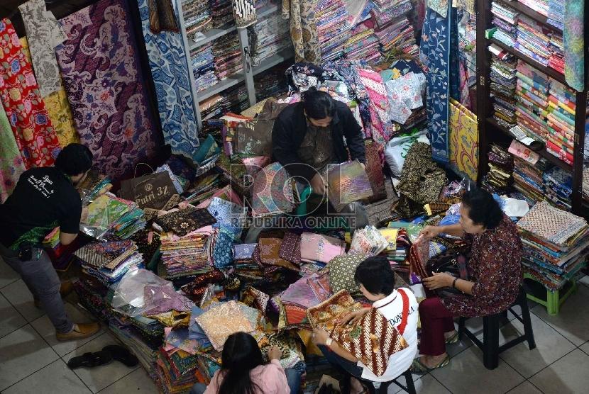 Aktivitas perdagangan kain batik disalah satu pusat perbelanjaan di Jakarta, Selasa (14/4).(Republika/ Yasin Habibi)