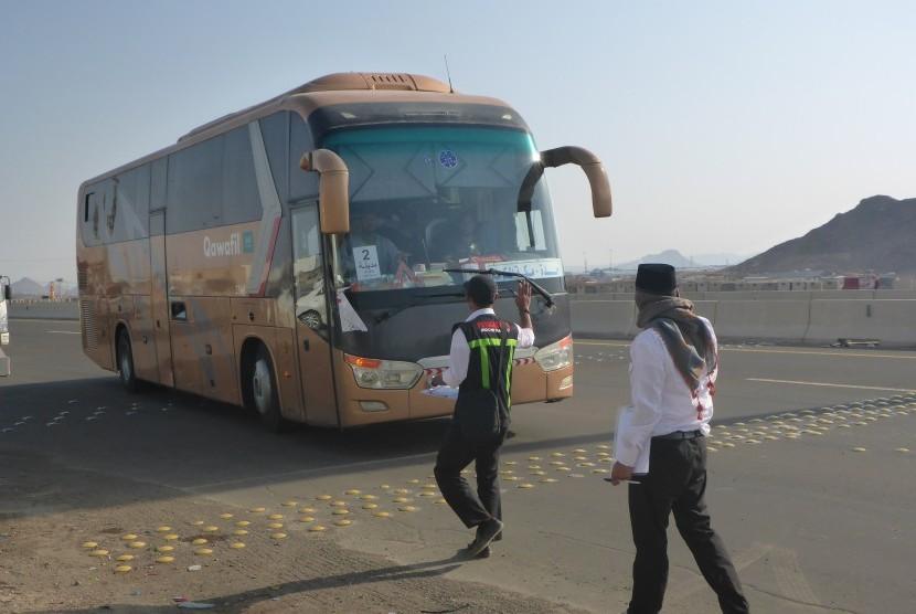 Aktivitas petugas mencatat bus yang memasuki Madinah dari Makkah di Terminal Hijrah, Madinah, Rabu (13/9).