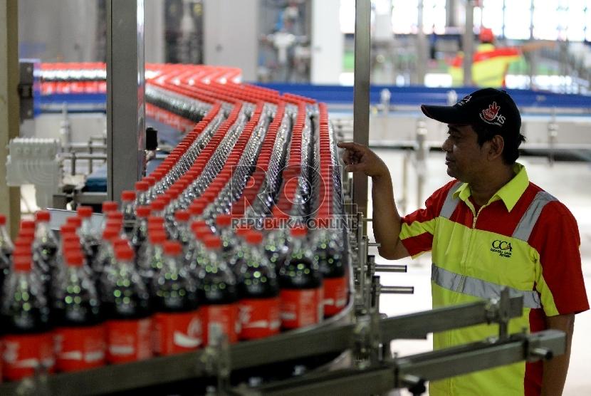 Aktivitas produksi minuman dalam kemasan botol di Pabrik Baru Coca-Cola Amatil Indonesia (CCAI), Cikedokan, Bekasi, Jawa Barat, Rabu (31/3).