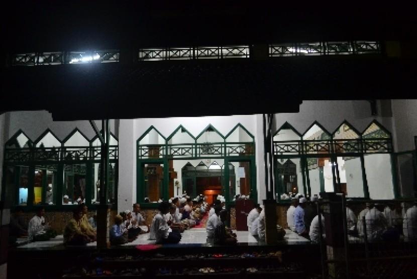 Aktivitas warga saat shalat Subuh.