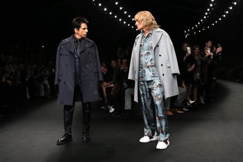 Aktor Ben Stiller dan Owen Wilson saat menjadi model untuk koleksi Valentino di Paris Fashion Week, Selasa (10/3).
