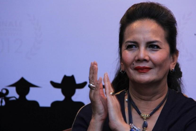 Aktris senior Christine Hakim memberi keterangan perihal penyelengaraan Balinale International Film Festival pada konfrensi pers jelang festival film tersebut di Jakarta, Jumat , (12/10).
