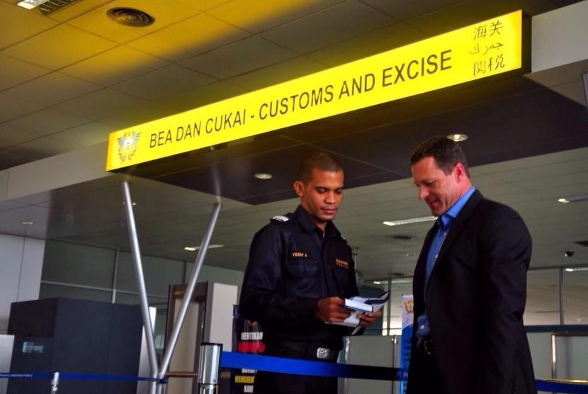 Aktvitas kepabeanan di salah satu terminal keberangkatan internasional.