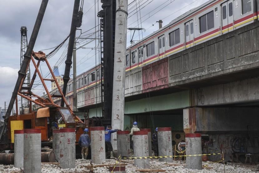Alat berat digunakan untuk membangun pondasi pada proyek rel kereta api dwiganda (DDT) Paket A Manggarai-Jatinegara di kawasan Menteng, Jakarta, Rabu (28/12).