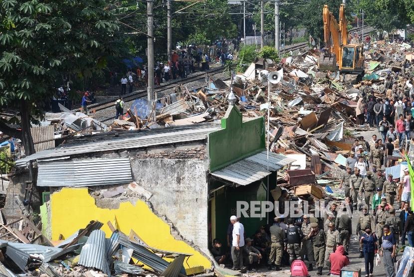 Alat berat membongkar permukiman warga di Rawajati, Jakarta, Kamis (1/9).