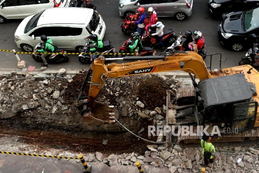 Alat berat membongkar trotoar di kawasan Tanah Abang, Jakarta, Selasa (5/9).