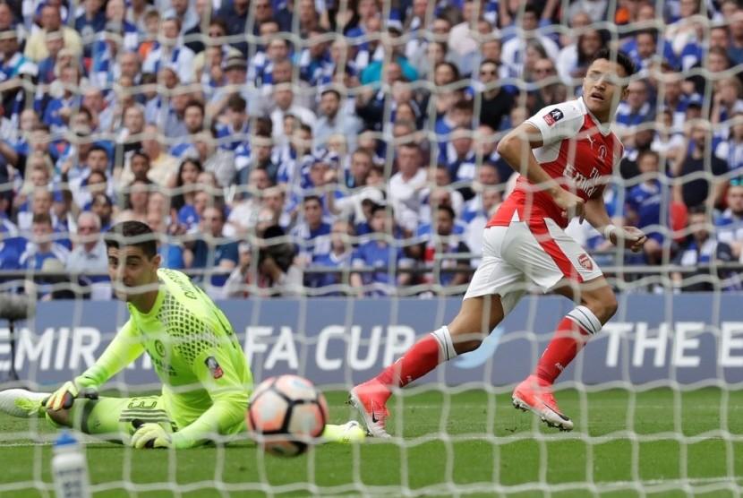 Alexis Sanchez (kanan) saat membobol gawang Chelsea.