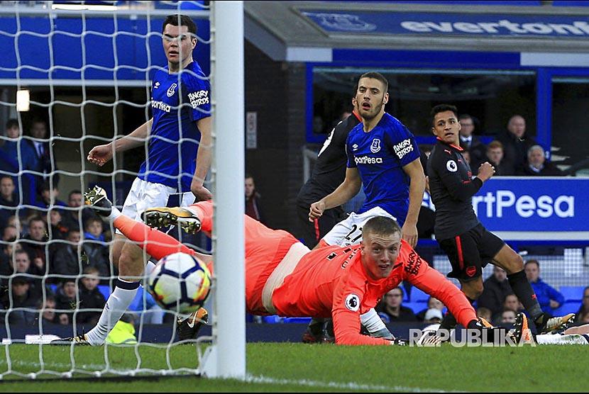 Alexis Sanchez mencetak gol pada pertandingan Liga Primer Inggris antara Everton melawan Arsenal di Goodison Park, Liverpool