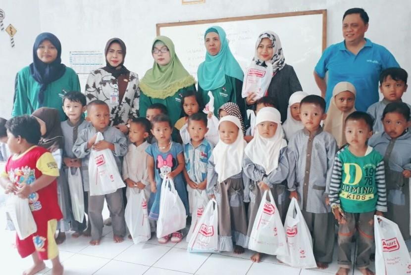 Alfamart bersama tim Unicef Indonesia meninjau perkembangan PAUD Holistik Integratif (HI) di Kabupaten Brebes, Kamis (9/2/17).