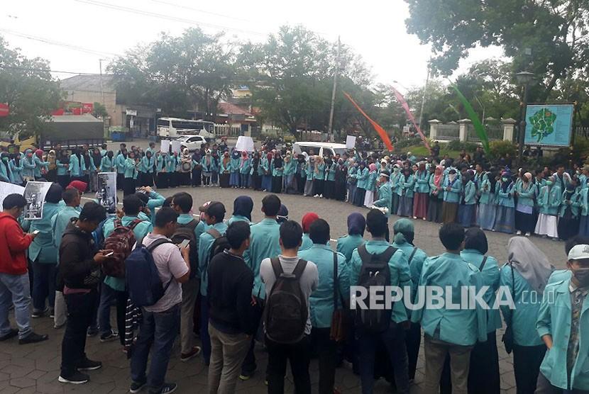 Aliansi Mahasiswa Universitas Sebelas Maret menggelar aksi unjukrasa menuntut dibebaskannya sejumlah mahasiswa yang ditahan Polda Metro Jaya di Boulevard UNS  Rabu (25/10),