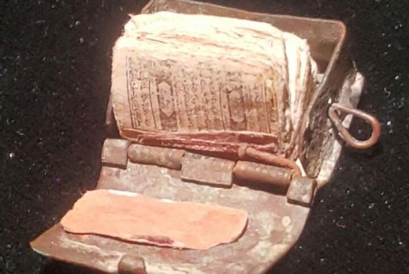 Alquran terkecil di dunia tersimpan di museum Ningxia, sebuah provinsi di pedalaman Tiongkok. Alquran itu memiliki berat hanya 1,1 gram.