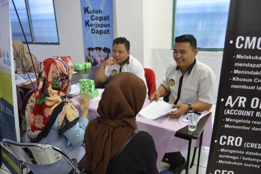 Alumni AMIK BSI Purwokerto melakukan wawancara kerja di Bursa Kerja 2018 AMIK BSI Purwokerto.