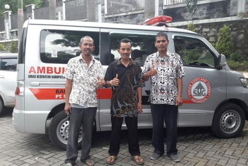 Ambulan Desa bantuan CSR Kesehatan  PT Semen Indonesia untuk Desa Tegaldowo, Kacamatan Gunem, Kabupaten Rembang.