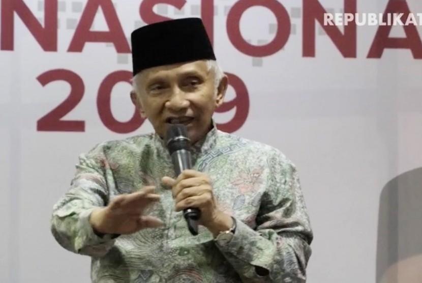 Orasi. Amien Rais menyampaikan pendapat penolakan Perppu di depan gedung DPR/MPR/DPD RI , Kompleks Parlemen Senayan, Jakarta Seninn (24/10).