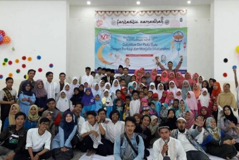 AMIK BSI Bogor memberikan santunan kepada anak yatim dan dhuafa.