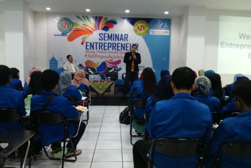 AMIK BSI Karawang menggelar seminar kewirausahaan.