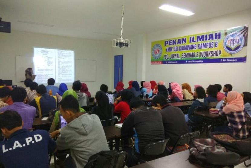 AMIK BSI Karawang menyelenggarakan pekan ilmiah untuk meningkatkan minat penelitian mahasiswanya.