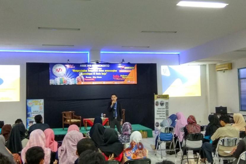 AMIK BSI Purwokerto menyelenggarakan seminar karir bagi calon lulusannya.