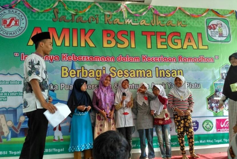 AMIK BSI Tegal memberikan santunan kepada anak yatim dan dhuafa Desa Jagalampemi.