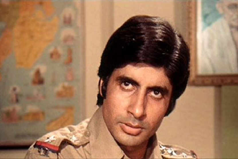 Amitabh Bachchan saat memerankan tokoh Inspektur Vijay.