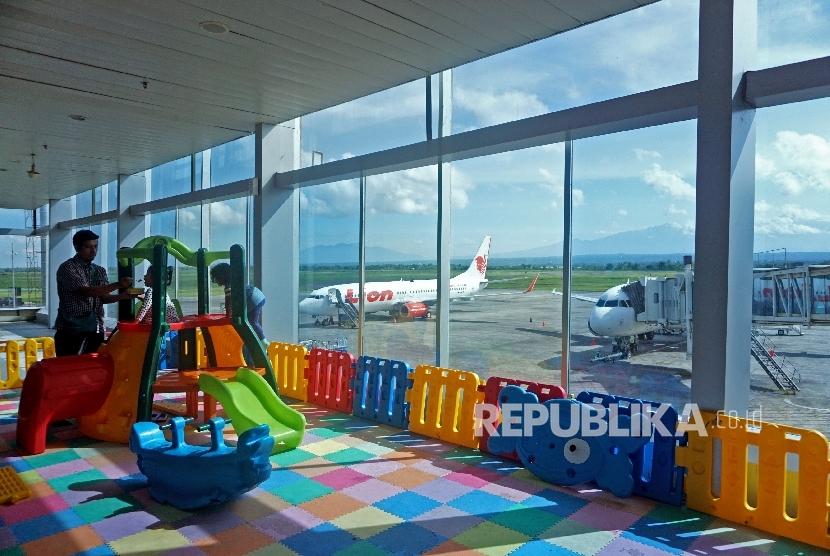 Anak-anak bermain di area bermain anak Bandara Internasional Lombok, NTB, Selasa (11/4).