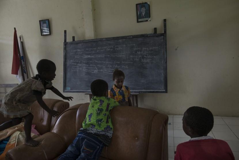 Anak-anak bermain di ruang kelas di salah satu sekolah dasar di Kabupaten Maybrat, Papua Barat, Kamis (21/4).  (Antara/Rosa Panggabean)