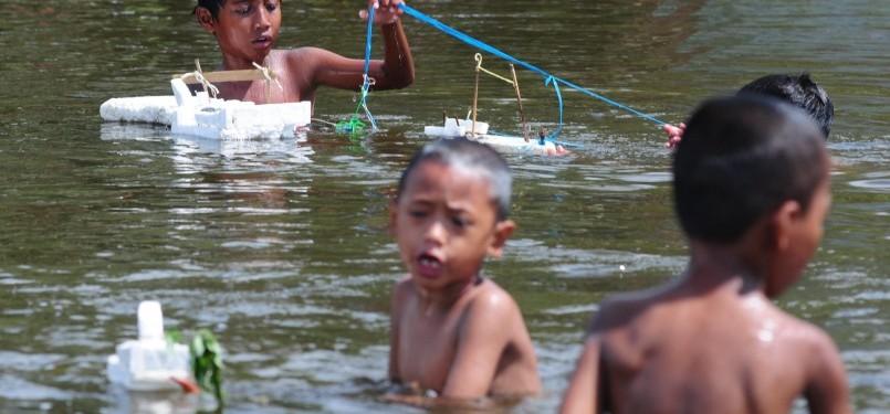 di kubangan bekas genangan air rob di Kalibaru, Jakarta Utara, Rabu