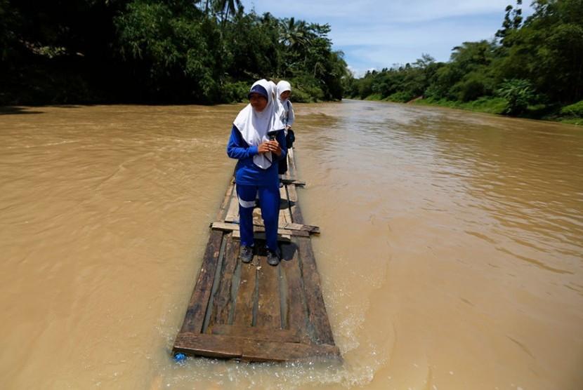 Jembatan di Karawang Ambruk Tergerus Air Sungai