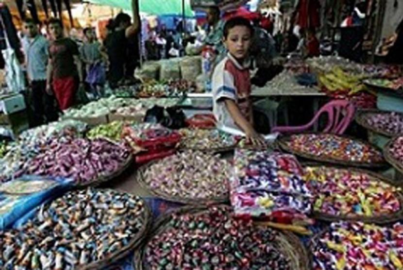 Anak-anak Gaza berjuang membantu keluarganya, menjual permen di jalan.