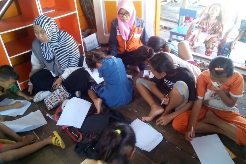 Anak-anak kampung nelayan Belawan belajar melukis dari mahasiswa Universitas Negeri Asahan (UNA) dan Komunitas Medan Menulis di Perpustakaan Terapung.